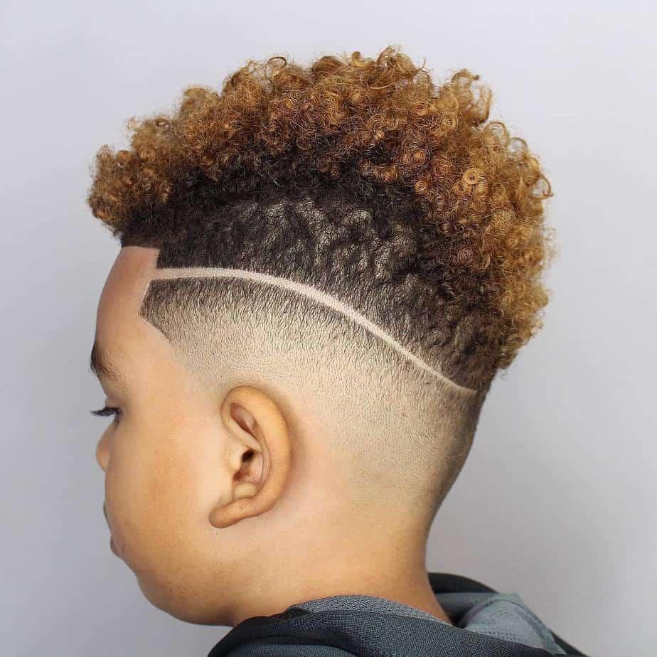 Des coupes de cheveux cool pour les garçons 2021 avec design