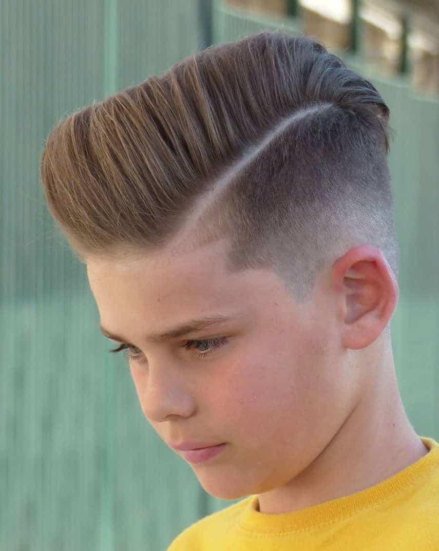 Coupe de cheveux de longueur moyenne pour garçons 2021: Pompadour classique