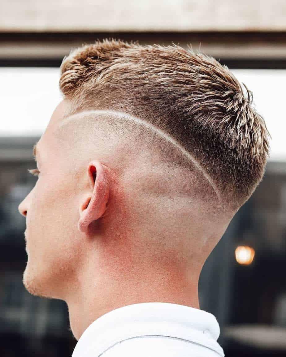 Hommes cheveux courts 2021: Coupe conique classique avec une ligne rasée
