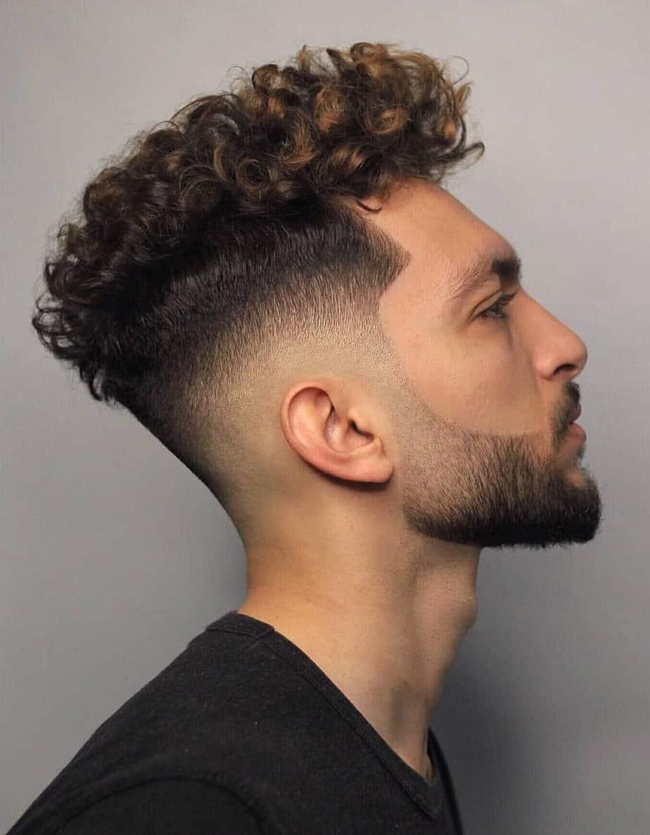 Coupe de cheveux bouclés aux côtés rasés