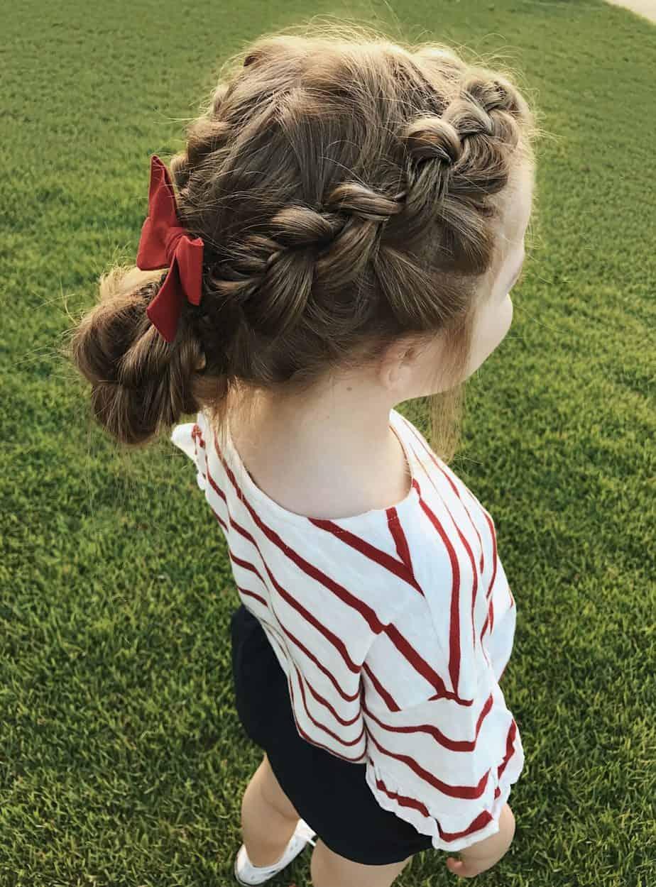 Meilleures coiffures pour filles 2021: Petit chignon tressé