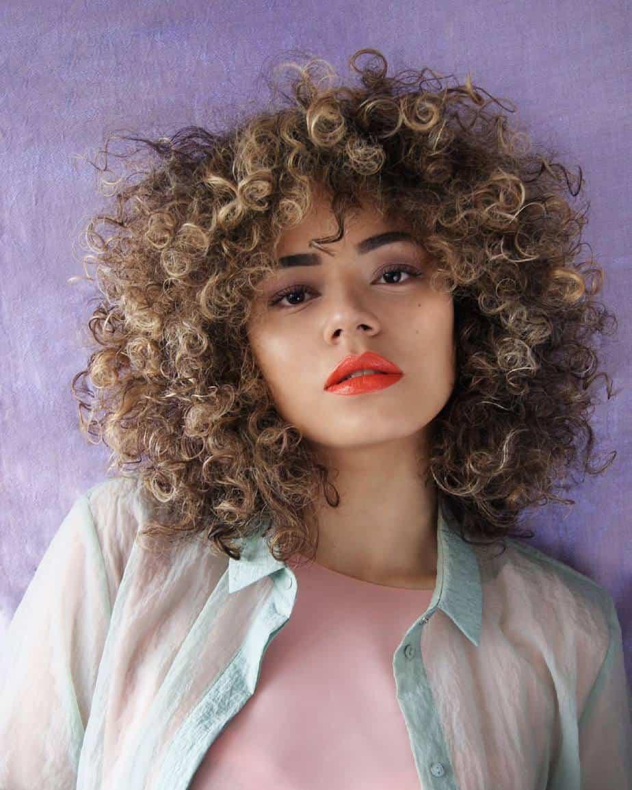 Coupes de cheveux cool pour femmes 2021: Cheveux bouclés avec frange