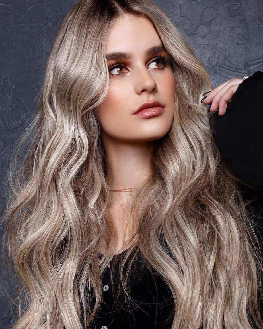 Blond foncé avec des reflets doux