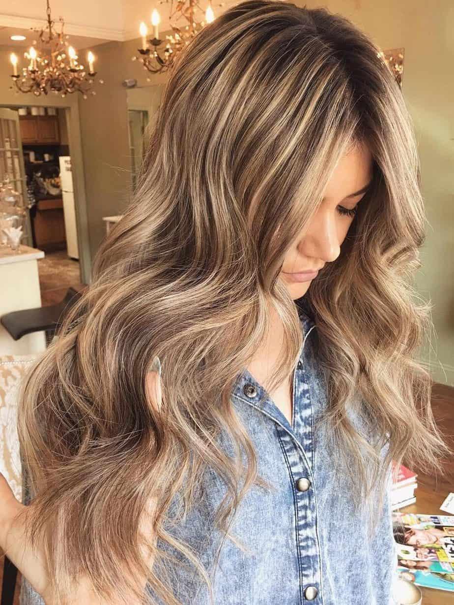 Couleurs de cheveux à la mode: Mèches marron clair et blond chaud