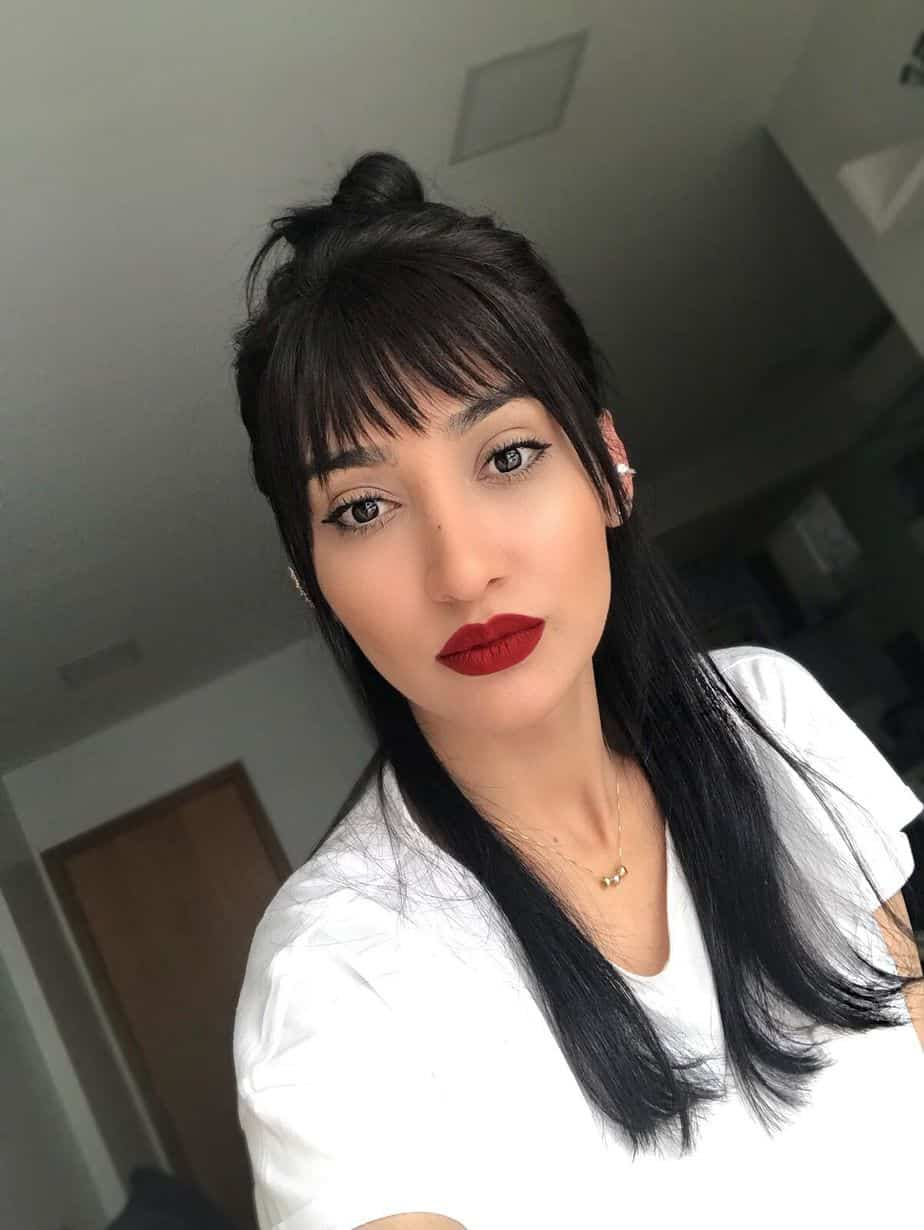 Cheveux longs avec frange 2021: Nœud à mi-hauteur